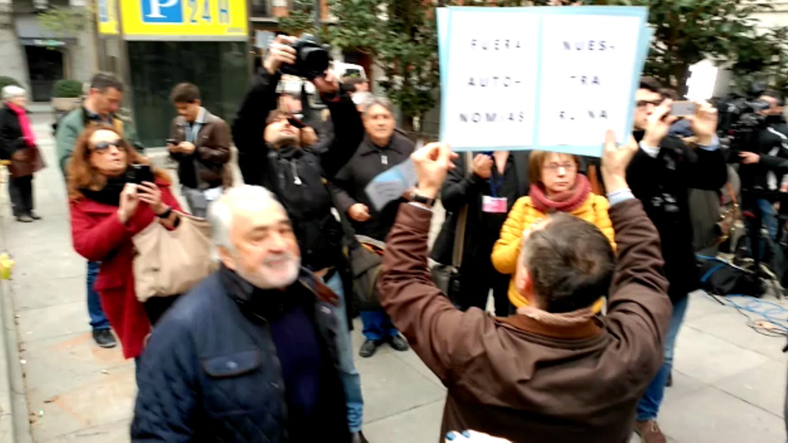 Topada entre independentistes i unionistes a la concentració en suport de Francesc Homs a Madrid