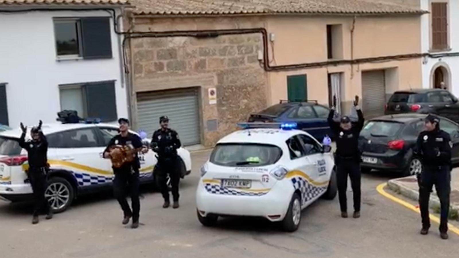 La Policia Local d'Algaida alegra el confinament cantant el 'Joan petit'
