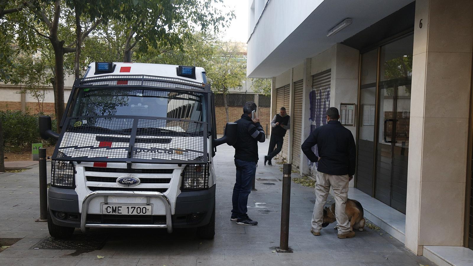 Els Mossos fent un escorcoll al barri del Besòs de Barcelona / FRANCESC MELCION
