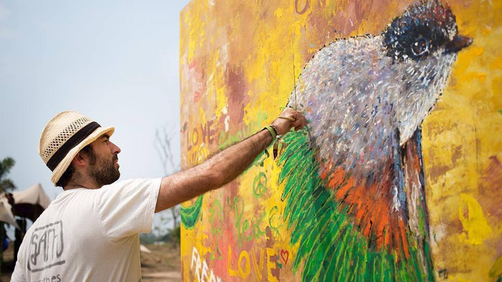 Sandro Thomàs 'Sath' pinta somriures a través de l'art urbà