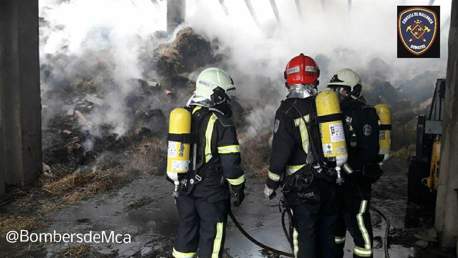 Els Bombers de Mallorca treballen en l'extinció d'un incendi a una nau agrícola de Manacor
