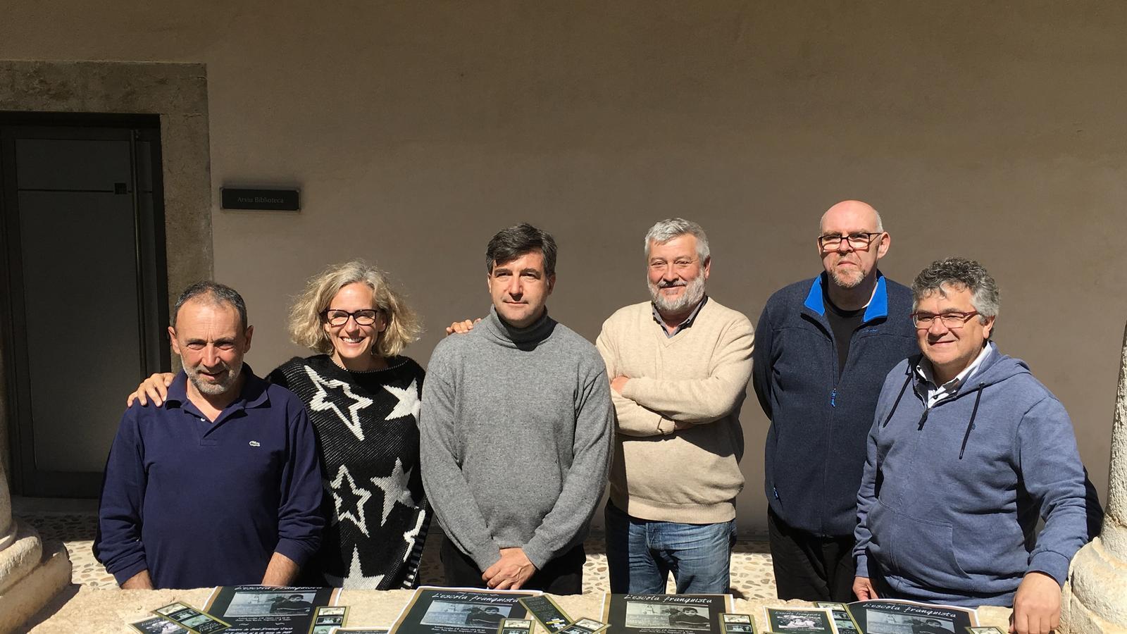 El Dr. Bernat Sureda (tercer per la dreta), de la UIB,  ha coordinat els treballs de l'exposició. / AJUNTAMENT