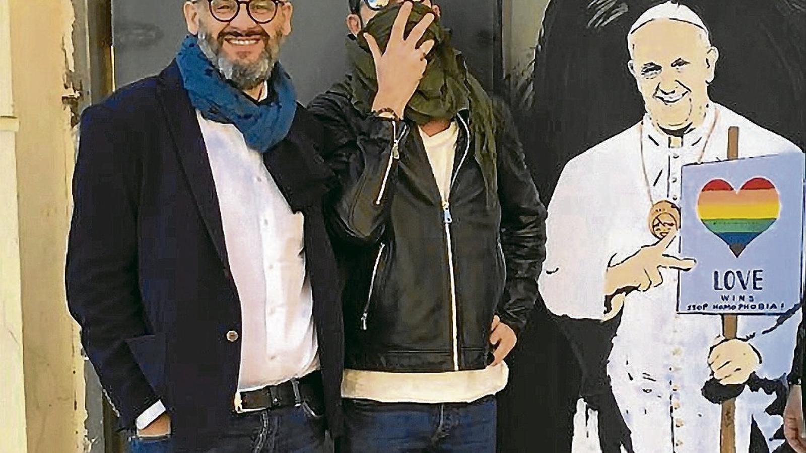 L'artista urbà TvBoy, que no sol deixar-se fotografiar, al costat de l'Angelo i del grafiti del papa Francesc que va fer a Pompeia.