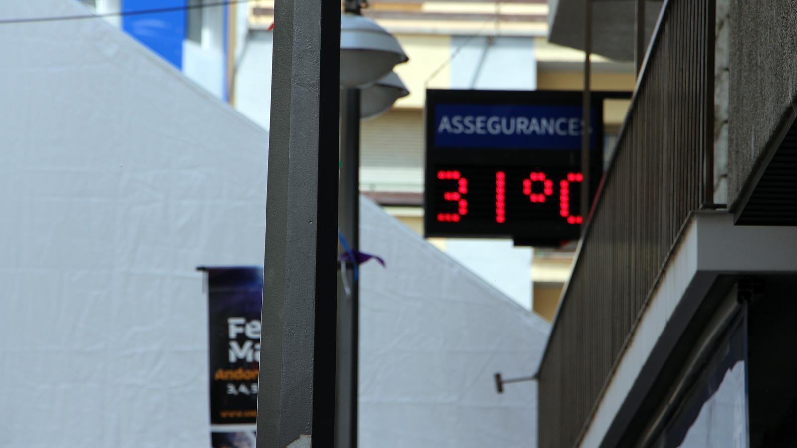 Un termòmetre de centre d'Andorra la Vella marca 31 graus aquest dijous al migdia. / C.G. (ANA)