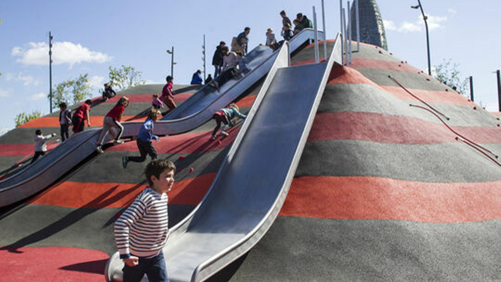 Nens jugant en un parc de Barcelona / JORDI ROVIRALTA
