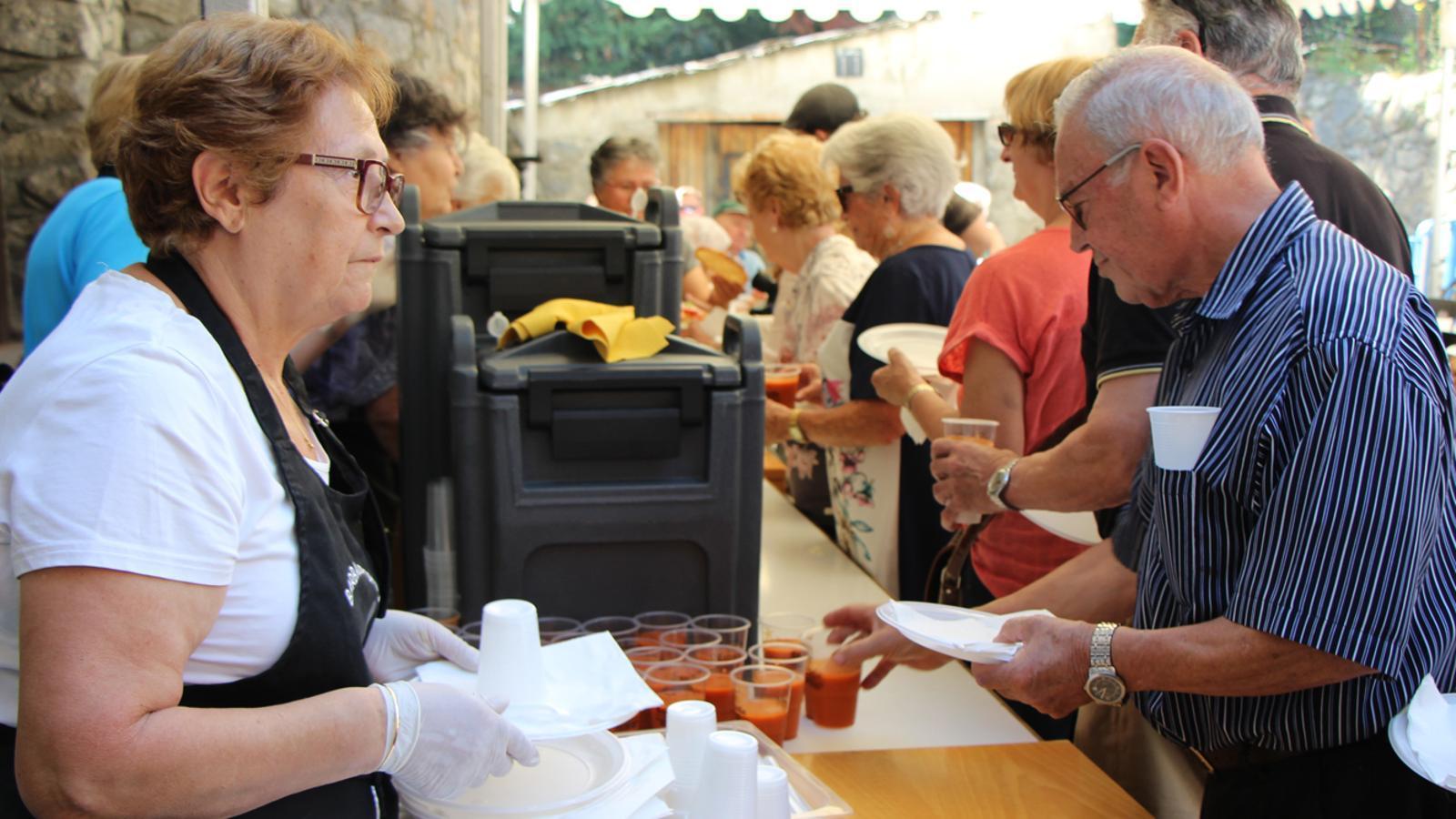 El col·lectiu de la Gent gran durant el dinar popular. / C. F. (ANA)