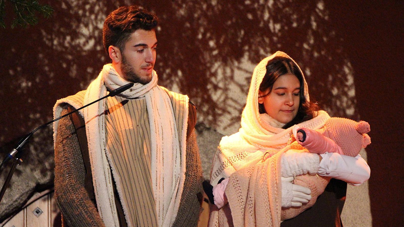 Els personatges de Sant Josep i la Verge Maria amb Jesús als braços, durant la representació de l'any passat. / ARXIU ANA