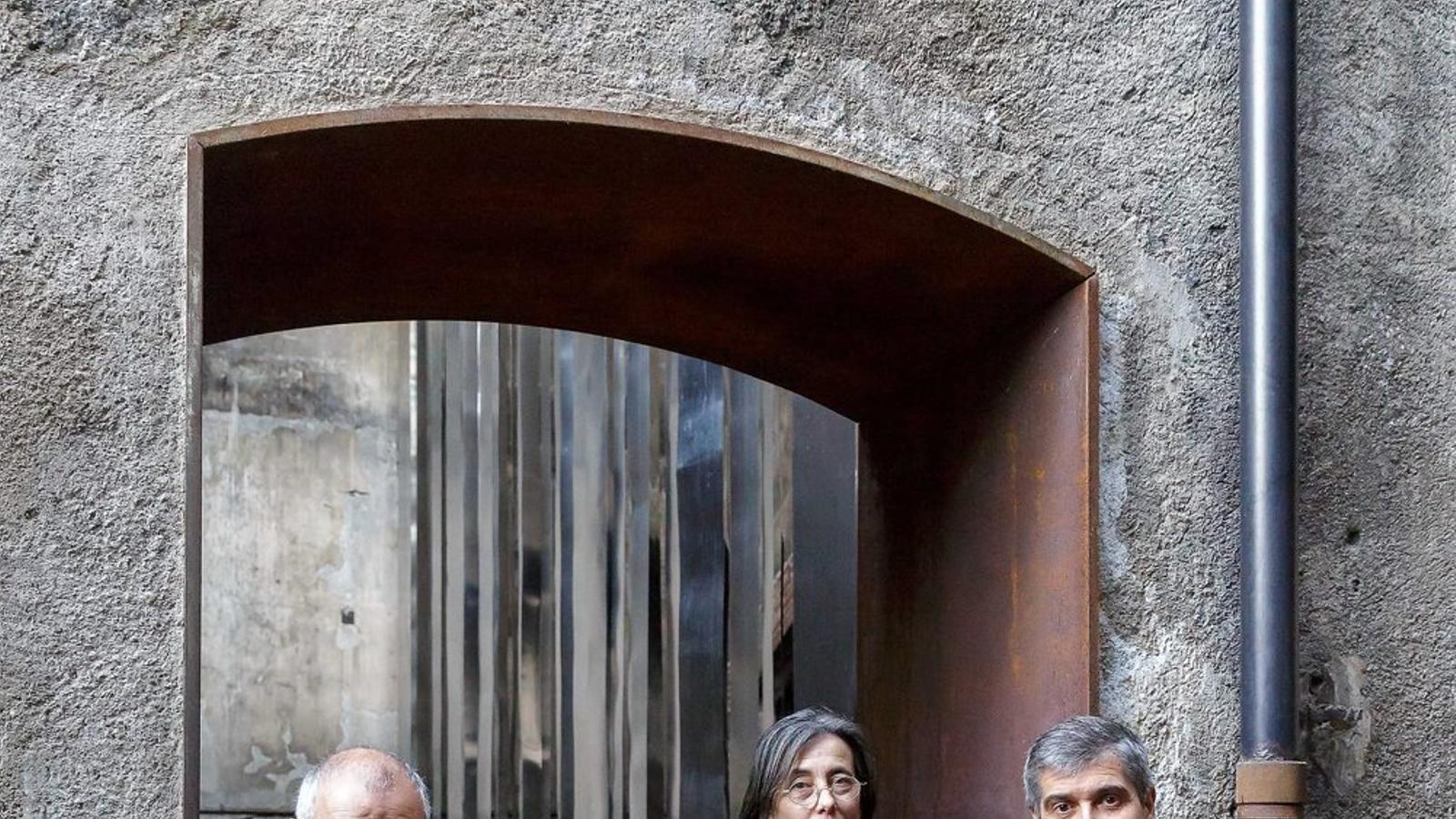 Ramon Vilalta, Carme Pigem i Rafael Aranda, ahir, a la porta del seu estudi a Olot.