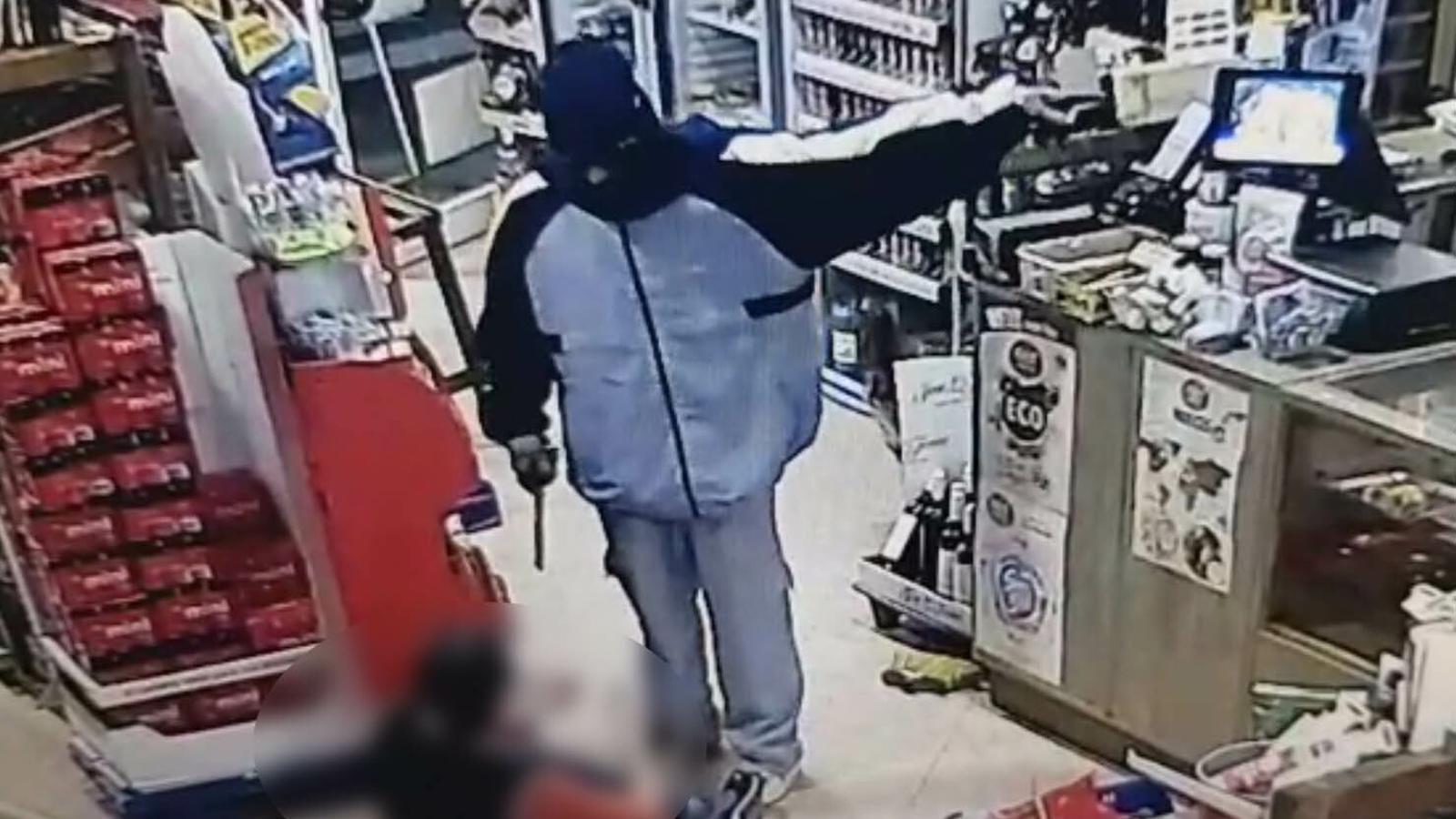 Imatge de la càmera de seguretat del moment del robatori. / GUÀRDIA CIVIL