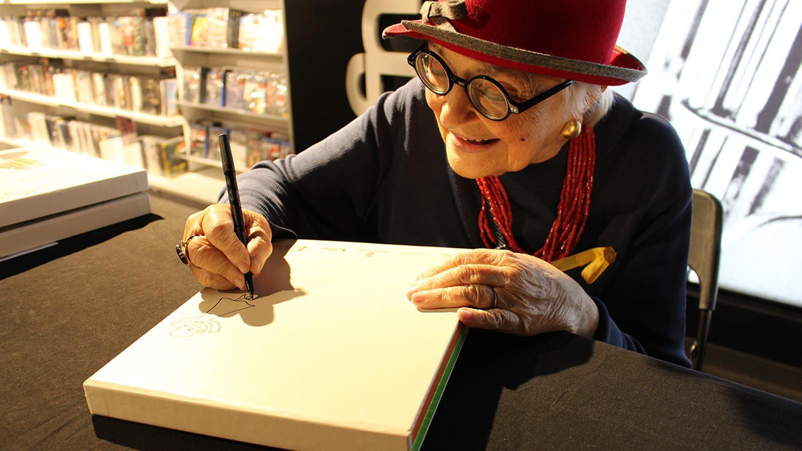 La il·lustradora Pilarín Bayés, signant llibres aquest dilluns al migdia a l'Fnac. / ASSANDCA