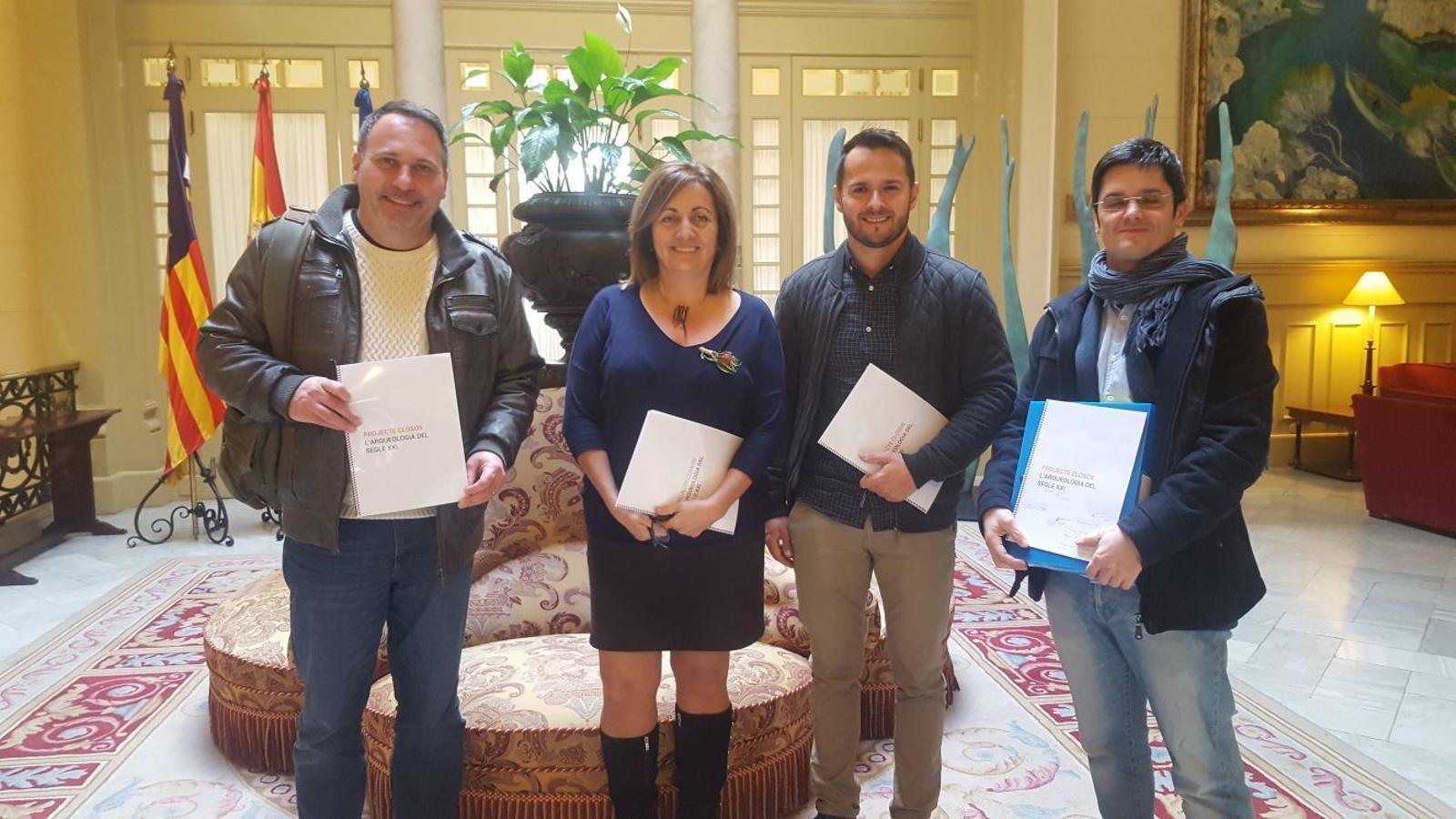 Xamena, la consellera Tur, Duarte i Javaloyas amb el projecte dels Closos.