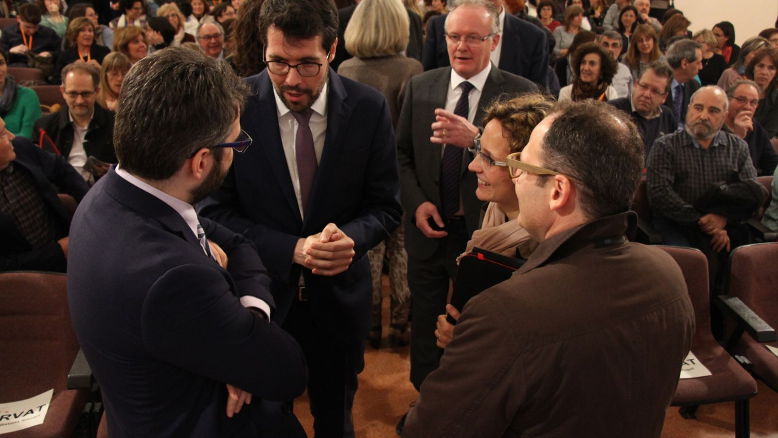 L'alcalde de la Seu d'Urgell, Albert Batalla, conversa amb el ministre d'Educació i Ensenyament Superior, Eric Jover, abans de la inauguració del congrés