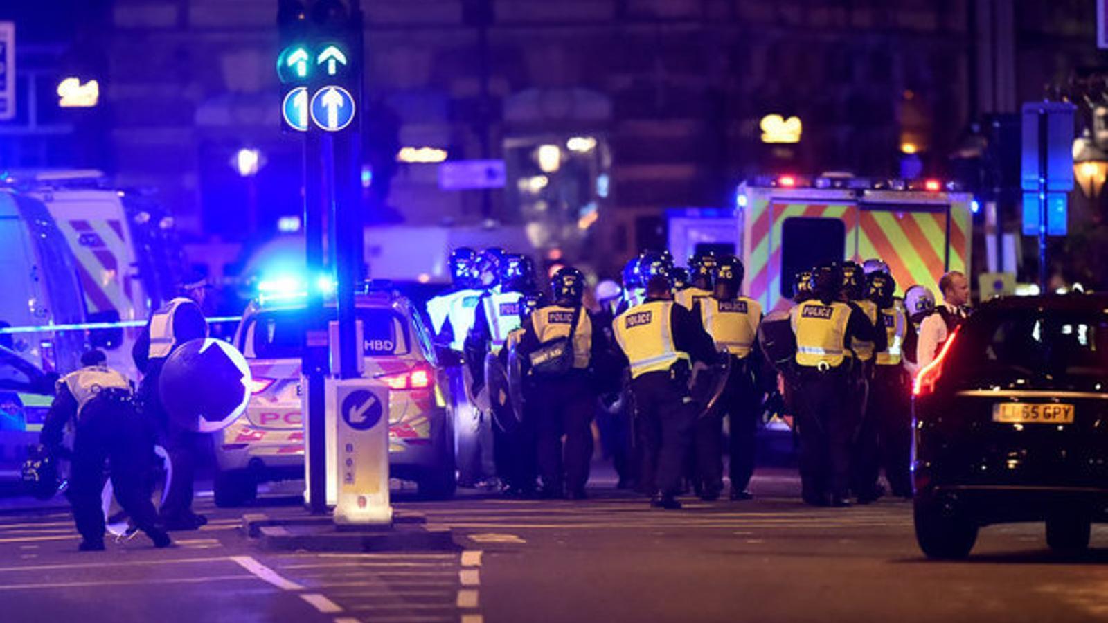 La policia ha tancat el trànsit a la zona del Pont de Londres. / HANNAH MCKAY / REUTERS