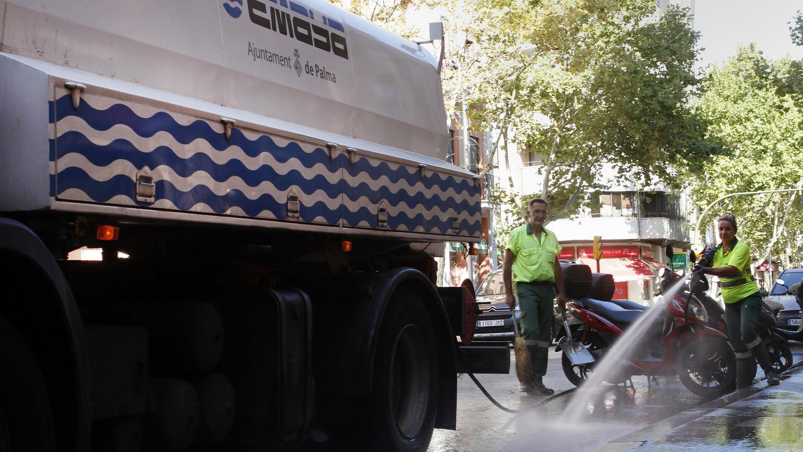 Un dels camions cisterna d'EMAYA