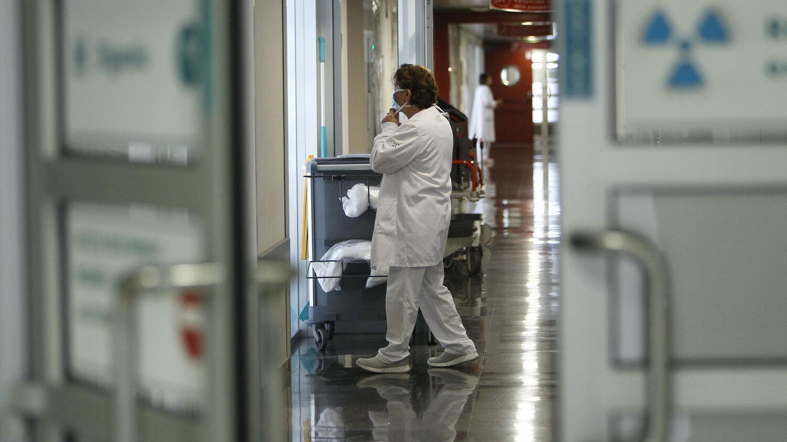 Un professional sanitari a l'hospital de Son Espases