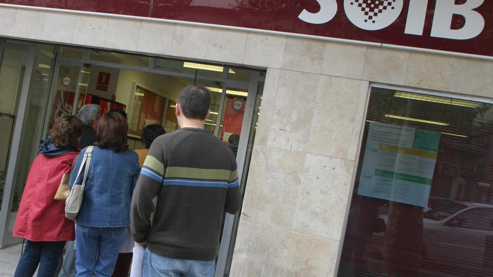 Aturats fan cua davant una oficina del SOIB.