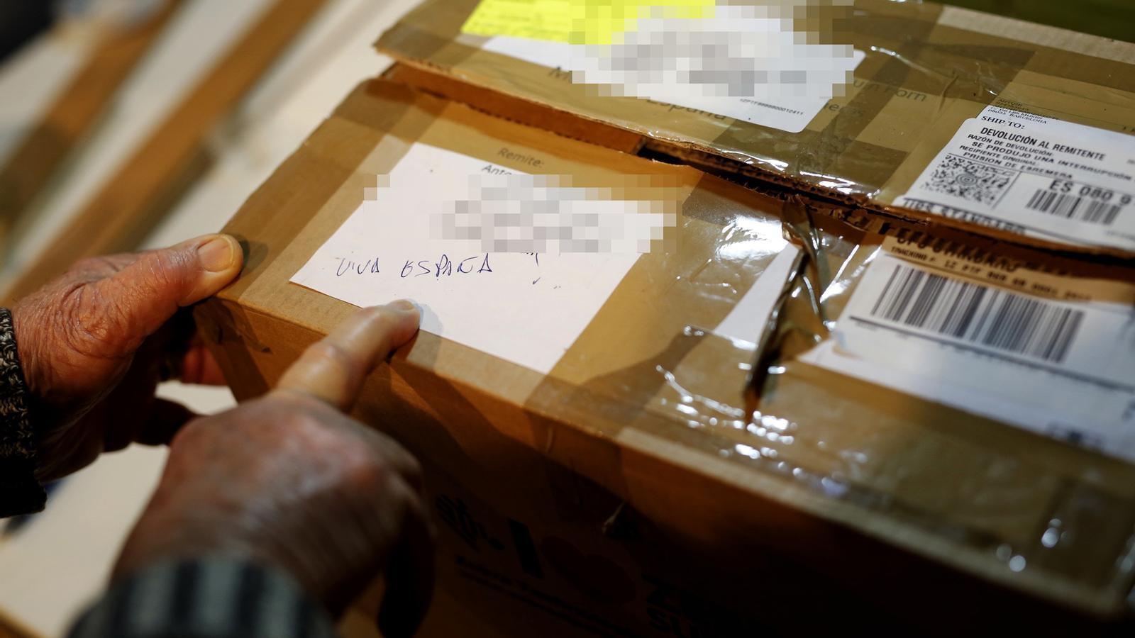 """Antoni Bargalló mostra com li van retornar la caixa que contenia el pessebre amb l'escrit de """"viva España"""""""