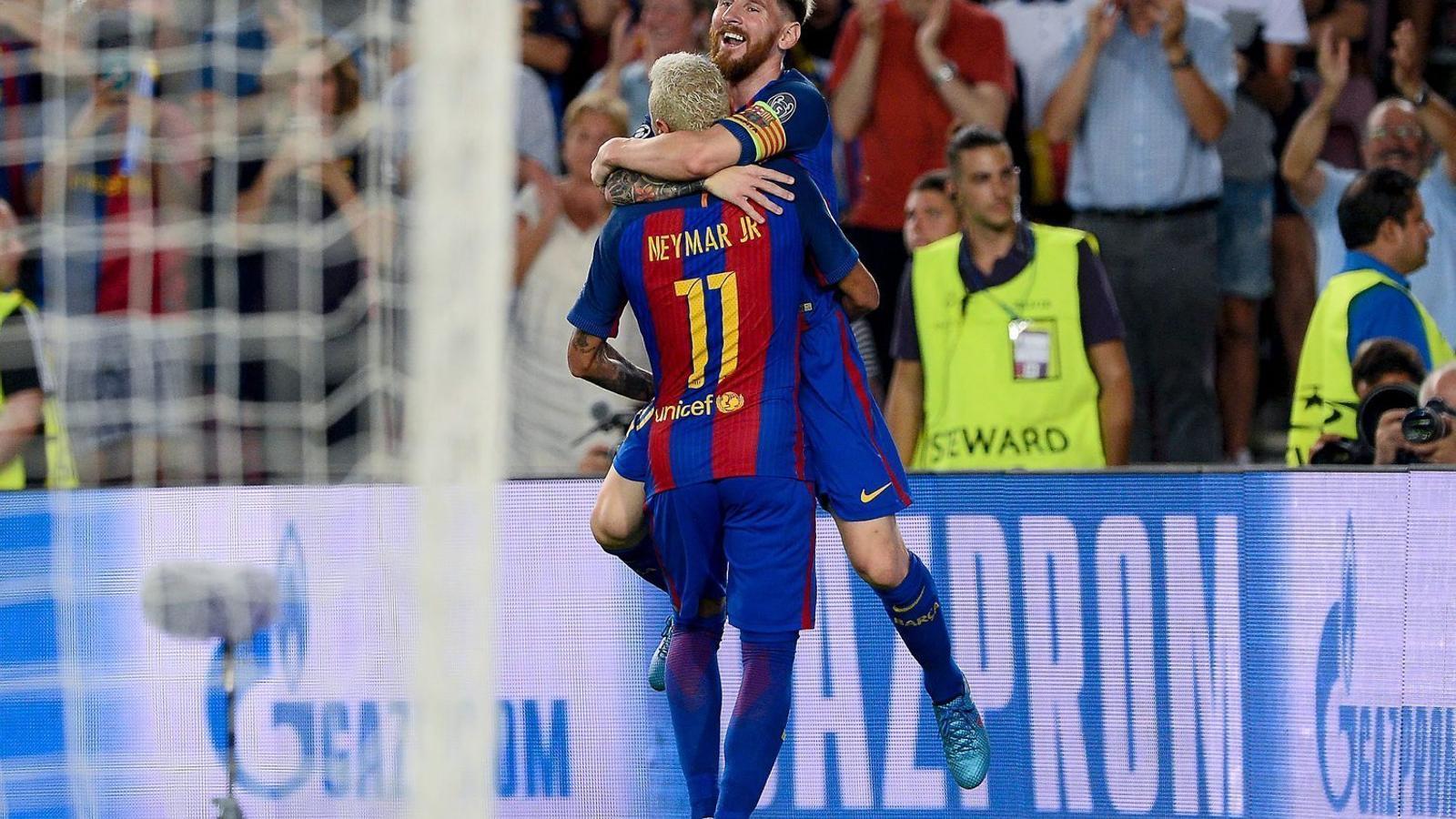 Neymar i Leo Messi s'abracen després d'un dels set gols del Barça al Camp Nou.