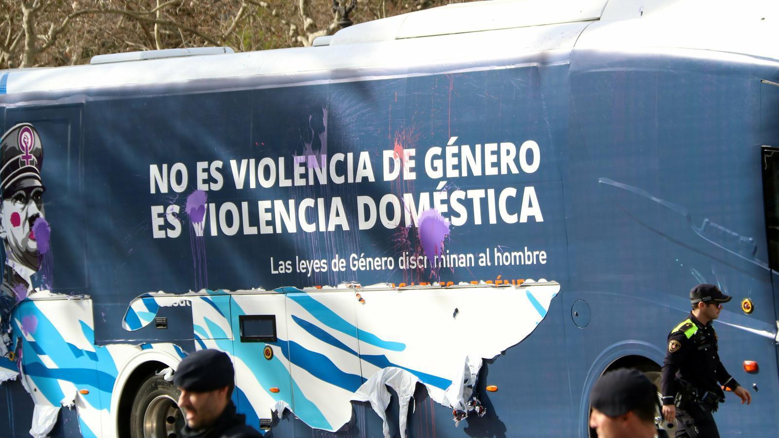 El jutge rebutja immobilitzar el bus antifeminista d'Hazte Oír apel·lant a la llibertat d'expressió