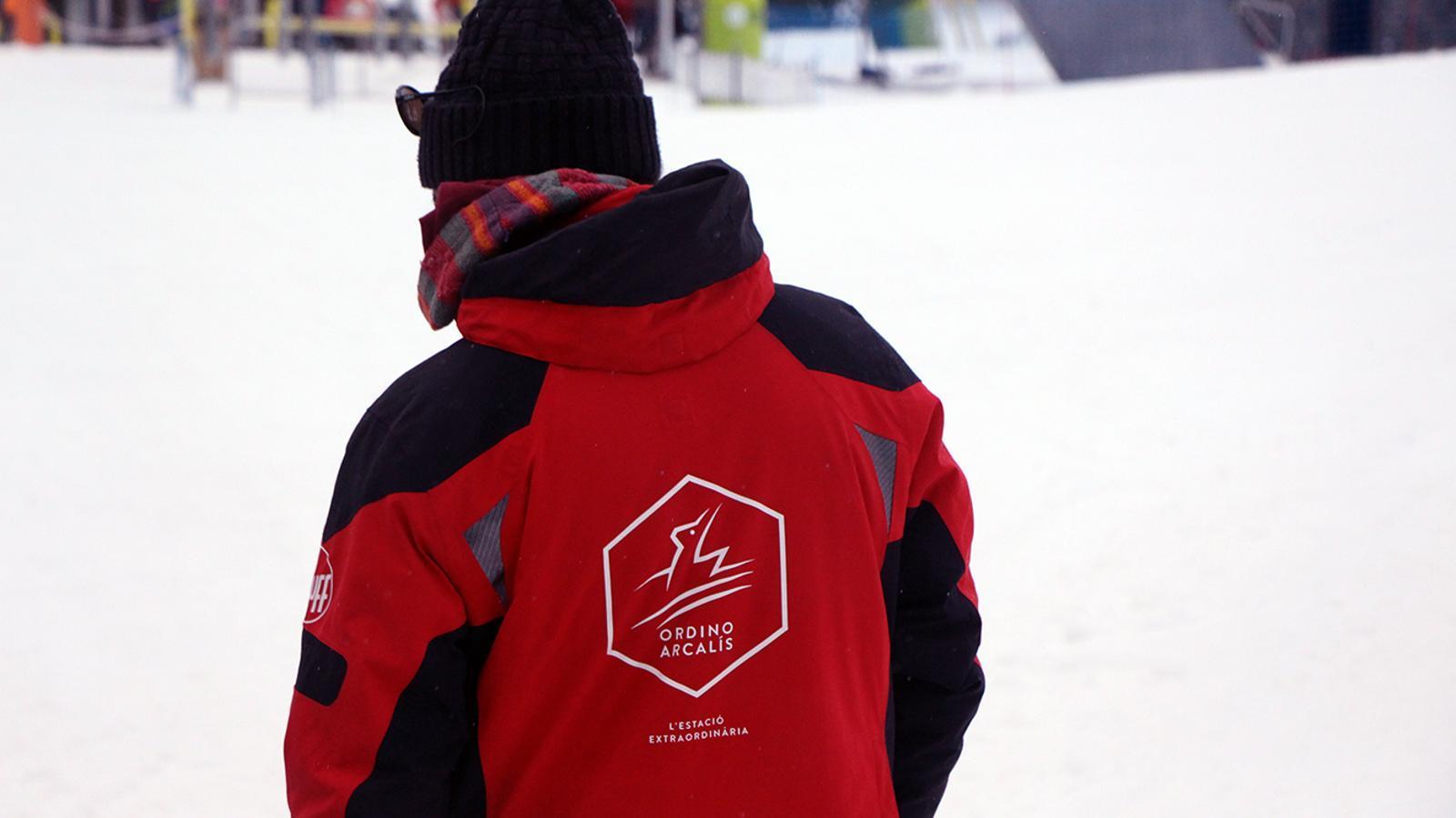 Un monitor d'esquí de Vallnord-Ordino Arcalís durant la temporada passada. / ARXIU ANA