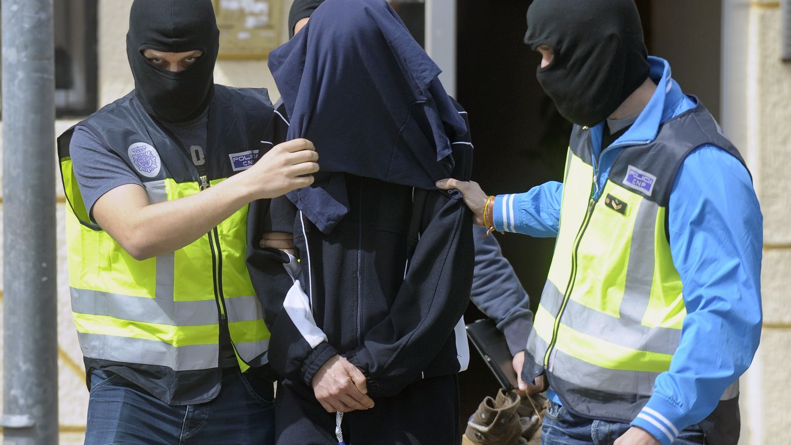 El detingut acompanyat de diversos membres del Cos Nacional de Policia