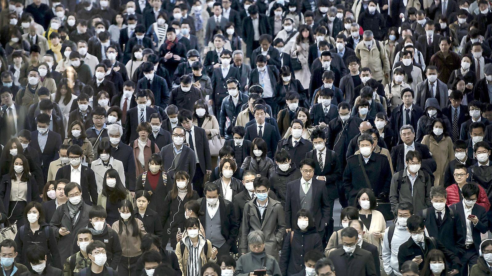 Ciutadans al metro de Tòquio durant la primera onada de la pandèmia.