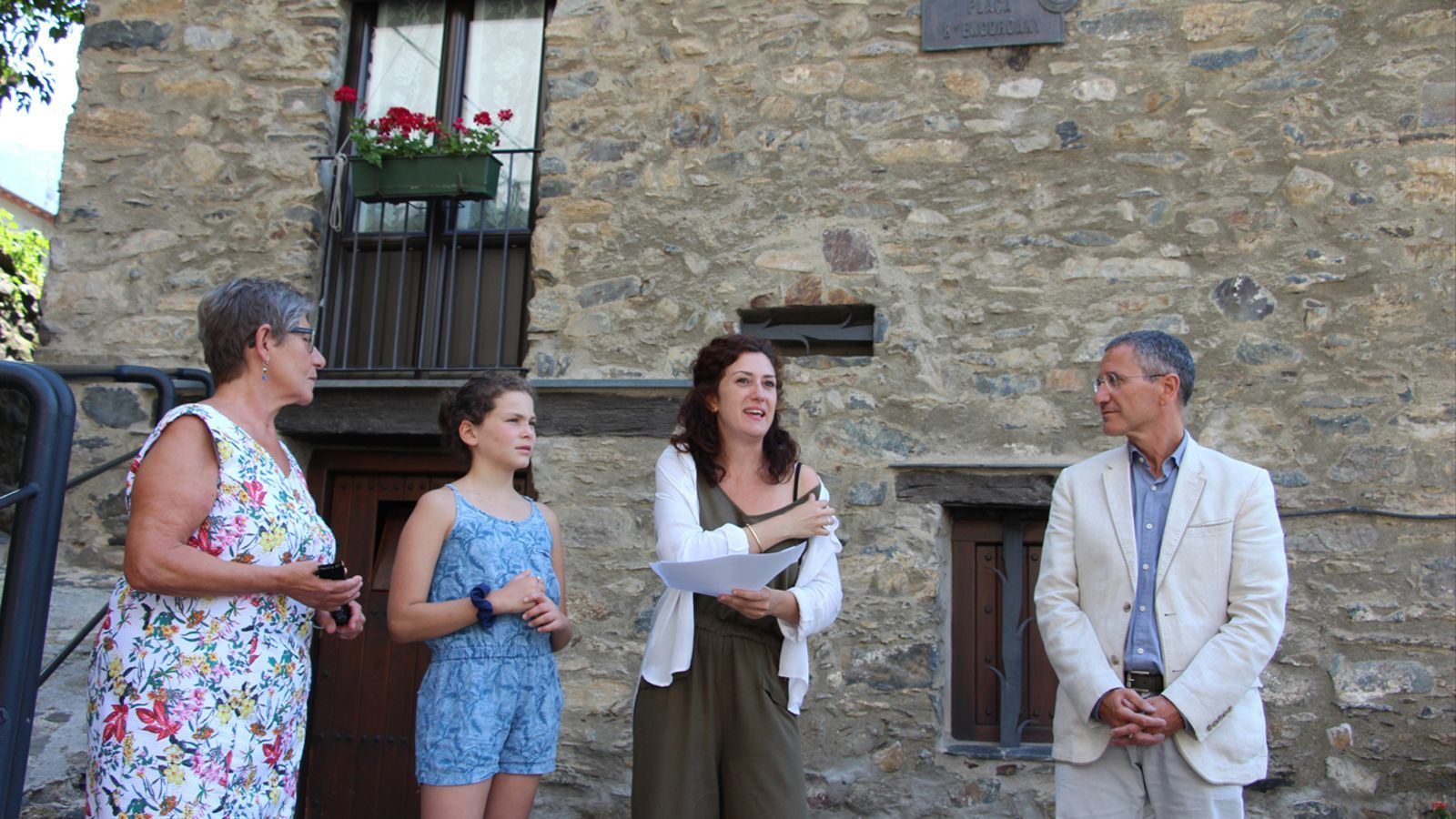 Dues actrius de 'Turistes i banyistes', Rosa Garrós i Marta Pelegrino; la directora de l'espectacle i professora de l'Animal Escola de Teatre, Irina Robles, i el conseller de Cultura del comú d'Escaldes-Engordany, Salomó Benchluch, a la plaça d'Engordany, un dels indrets per on passa el recorregut itinerant. / L. M. (ANA)