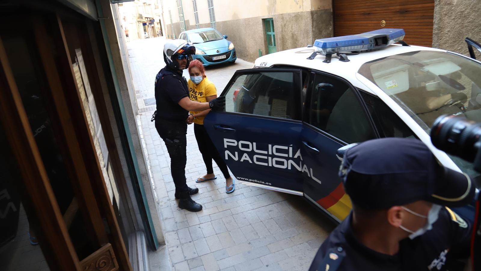 La detinguda quan ha arribat als jutjats de Manacor.