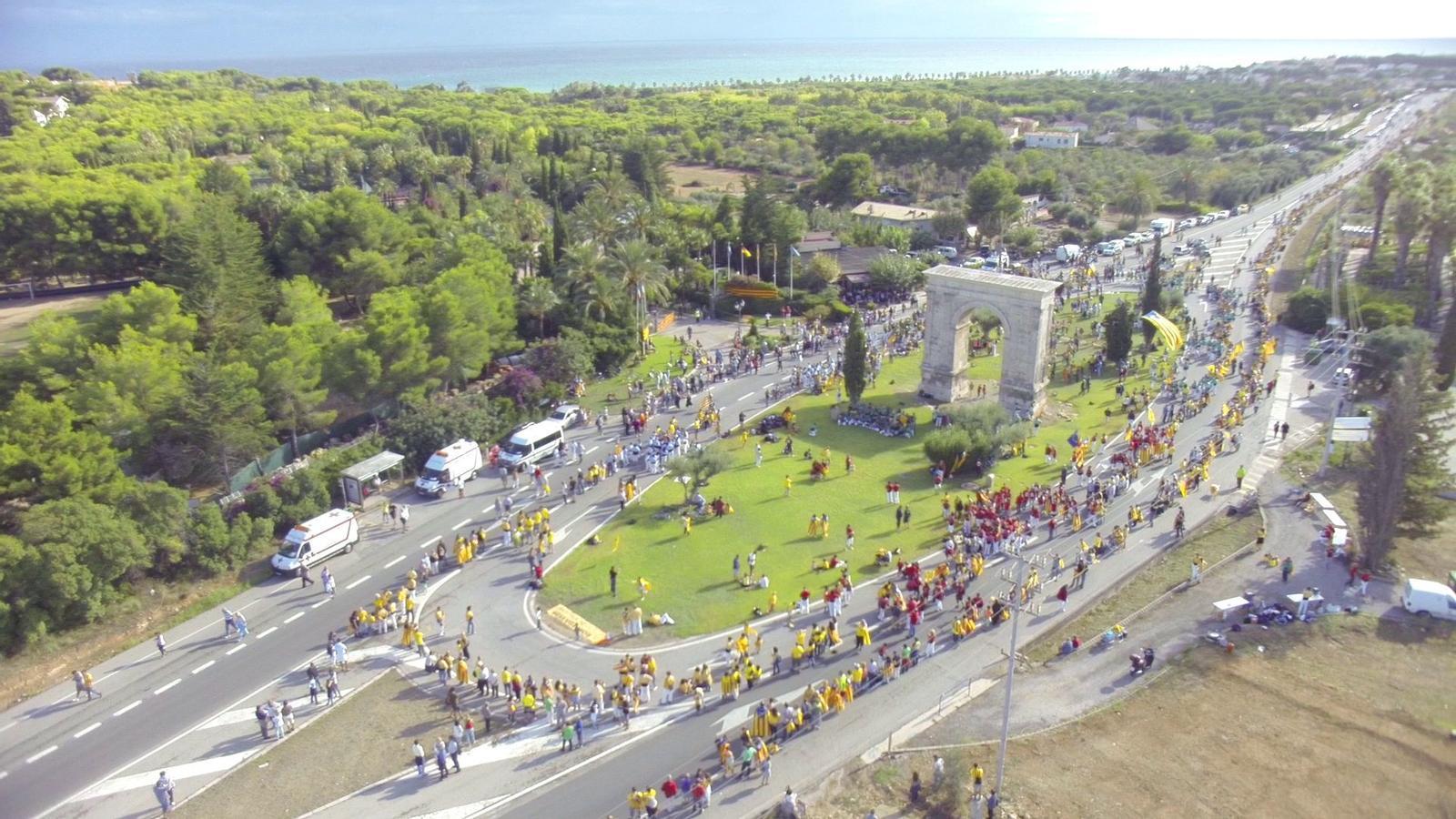La Via Catalana i els castellers, a vista d'ocell a l'Arc de Berà