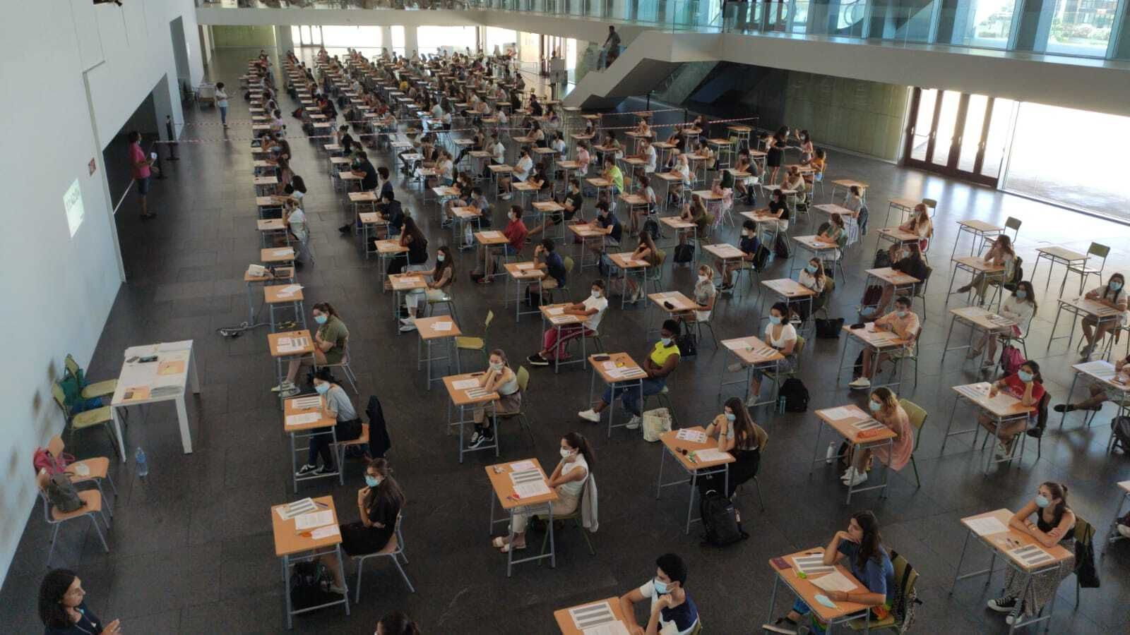 Alumnat fent les proves de Selectivitat al Palau de Congressos