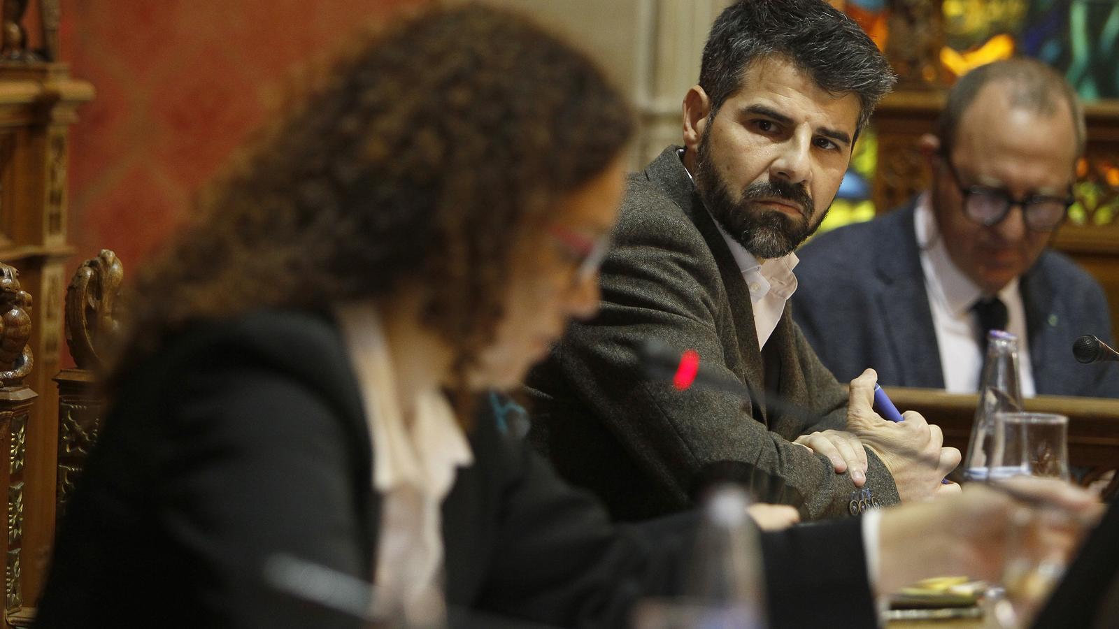 El president de l'Institut Mallorquí d'Afers Socials, Javier de Juan, mirant la presidenta del Consell de Mallorca, Catalina Cladera, al ple extraordinari sobre la prostitució de menors tutelats
