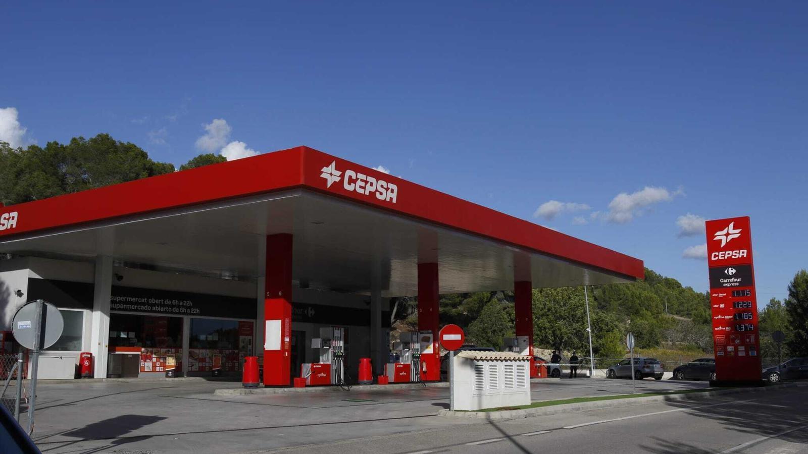 La benzinera de Cepsa de Peguera amb agents de la Guàrdia Civil.
