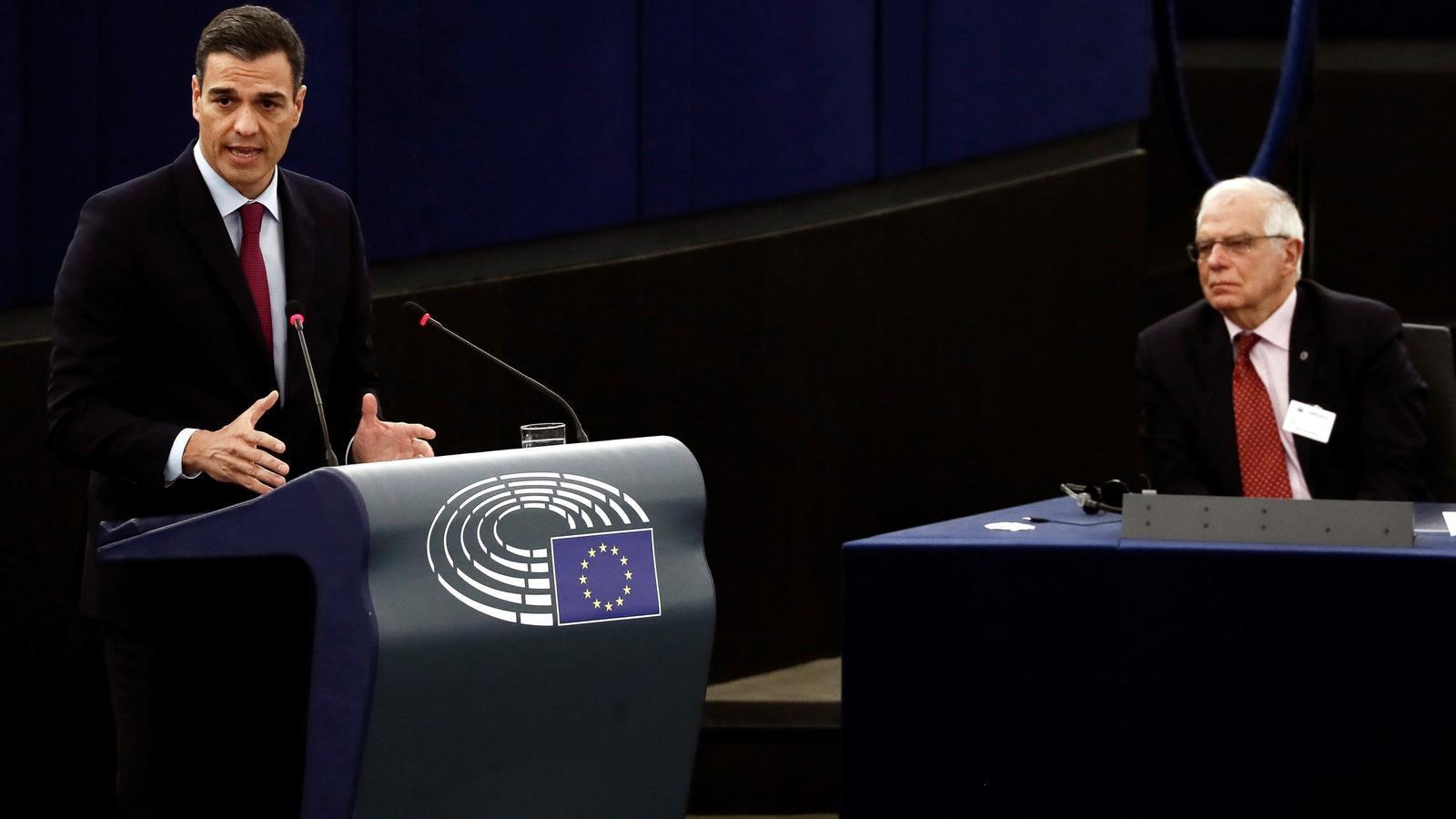 El president del gover espanyol, Pedro Sánchez, amb el minsitre d'Exteriors, Josep Borrell, al ple del Parlament Europeu.