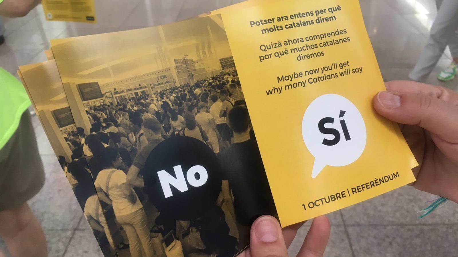 """L'ANC reparteix fullets a l'aeroport del Prat on demana el 'sí' a la independència per """"gestionar millor les infraestructures"""""""