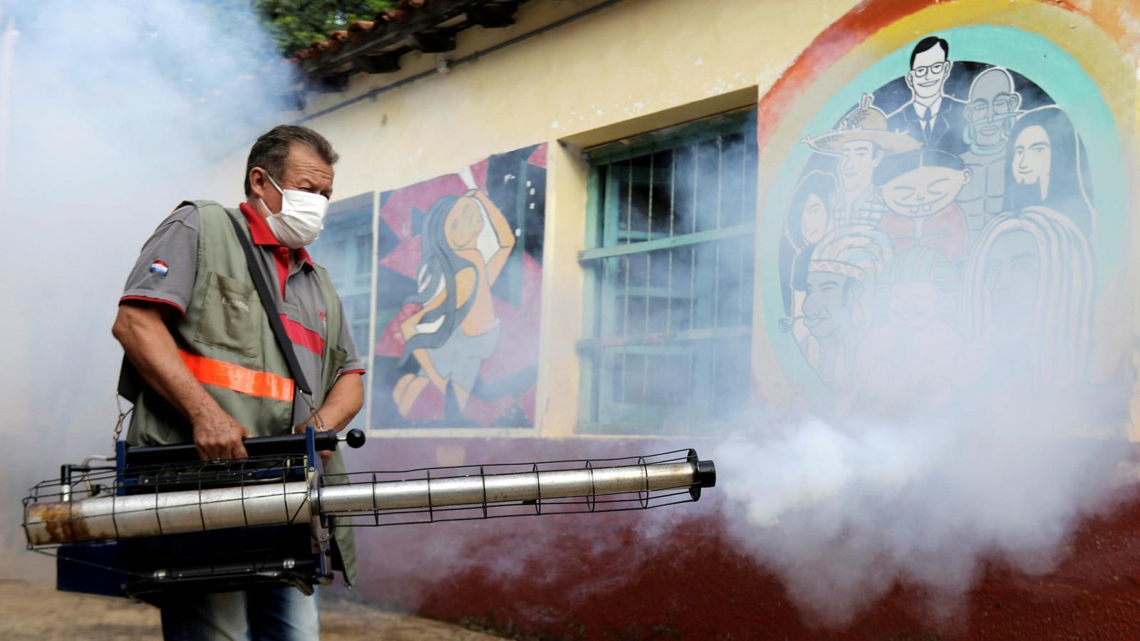 Treballadors de salut fumigant per prevenir la proliferació del mosquit 'aedes aegypti' a San Lorenzo, Paraguai