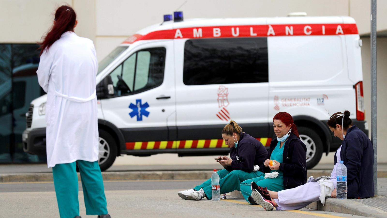 Diverses treballadores de la conselleria de Sanitat Universal i Salut Pública del govern valencià durant un descans