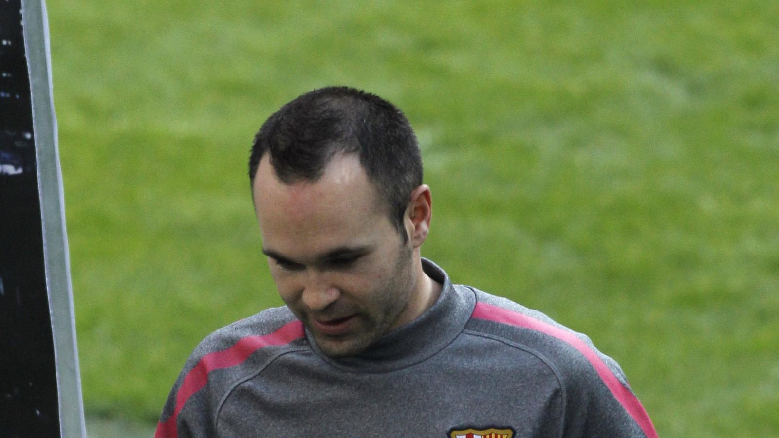 Andrés Iniesta no podrà vestir-se de curt avui en el tercer xoc contra el Reial Madrid. / DANI POZO / AFP
