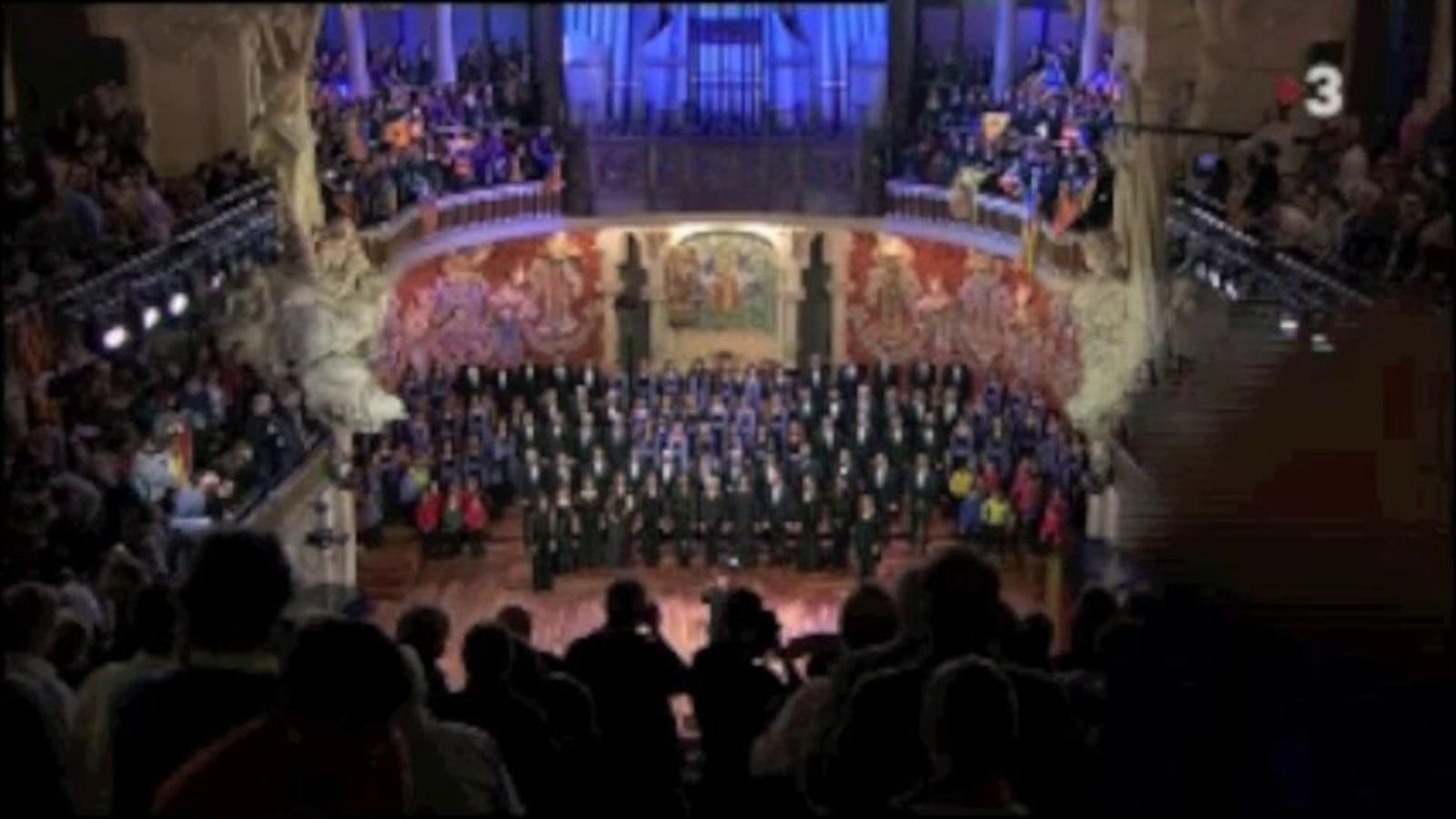 'El cant de la senyera' al final del concert de Sant Esteve de l'Orfeó Català