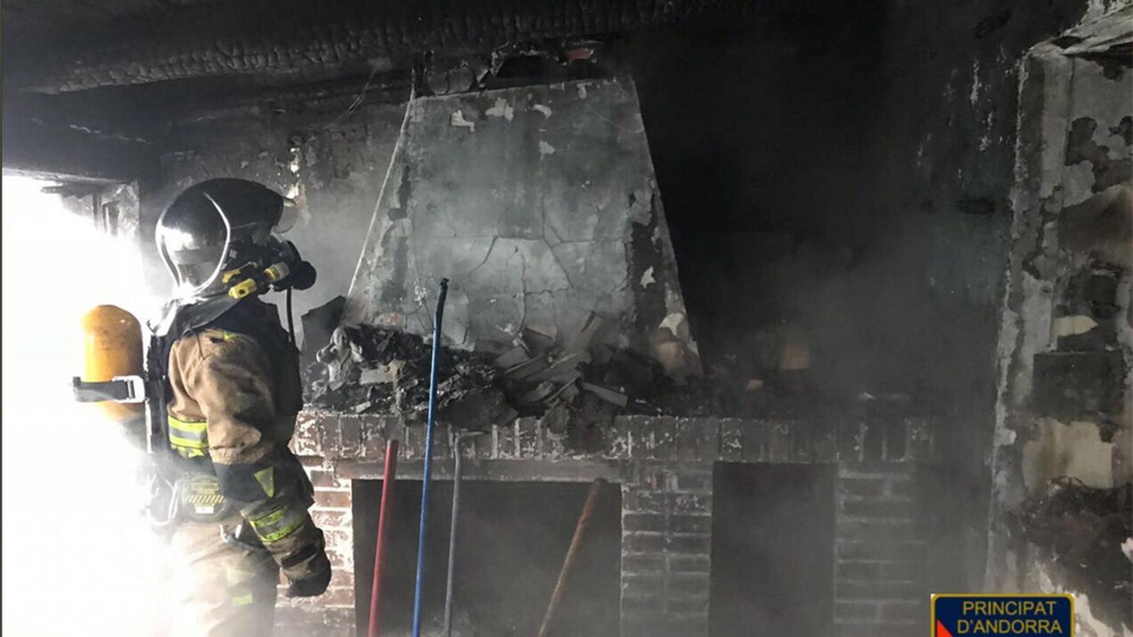 Una imatge de l'incendi al Pas de la Casa. / @BOMBERS ANDORRA