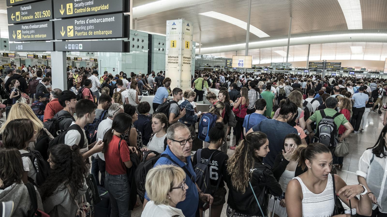 La gent s'acumula al control de seguretat de l'aeroport del Prat / XAVIER BERTRAL
