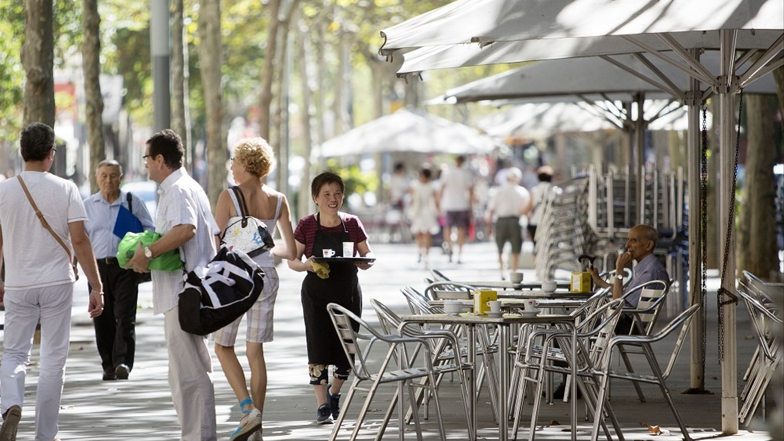 Una terrassa de bar a la Rambla de Fabra i Puig, a Barcelona.