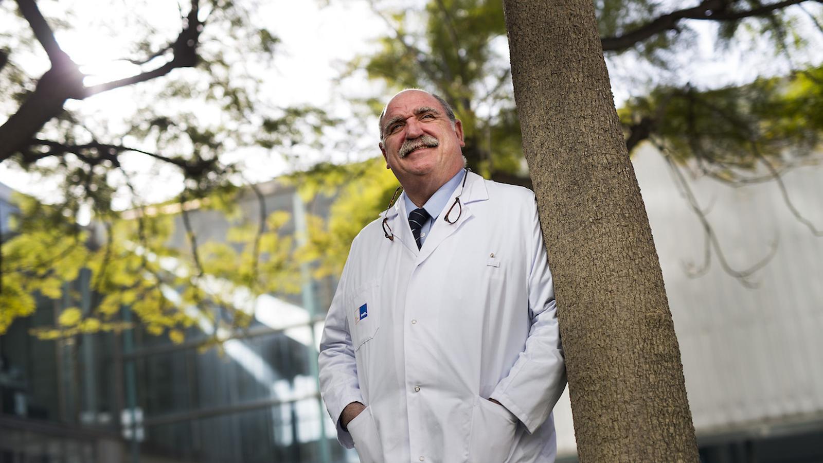 Antoni Bulbena, al jardí de l'Hospital del Mar, on dirigeix la unitat de trastorns d'ansietat
