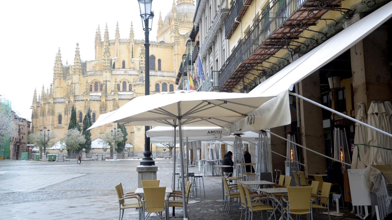 Castella i Lleón ha demanat el confinament domiciliari. Aquesta setmana ha prohibit consumir a l'interior de bars i restaurants. Només es pot en les terrasses, com en aquesta de Segòvia..