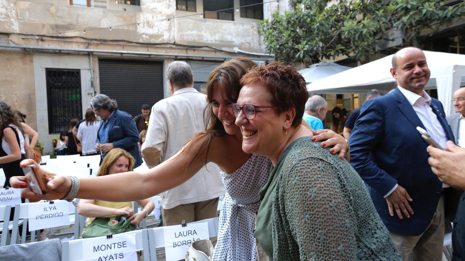 La consellera Laura Borràs i la comissària de l'Any Pedrolo, Anna M. Villalonga, a l'editorial Comanegra.