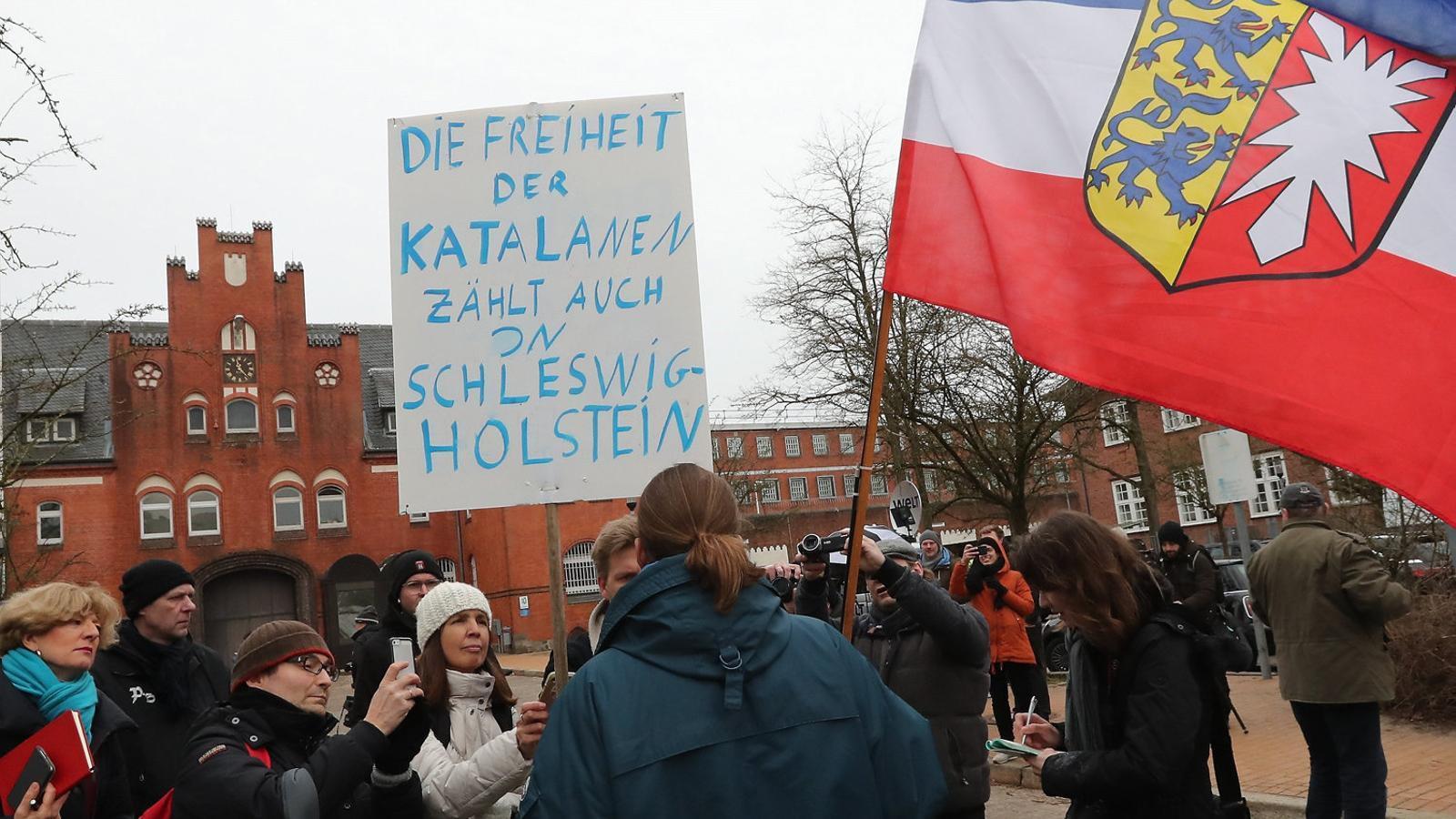 Ciutadans alemanys es van concentrar davant la presó de Neumünster mentre Puigdemont  va estar-hi empresonat.