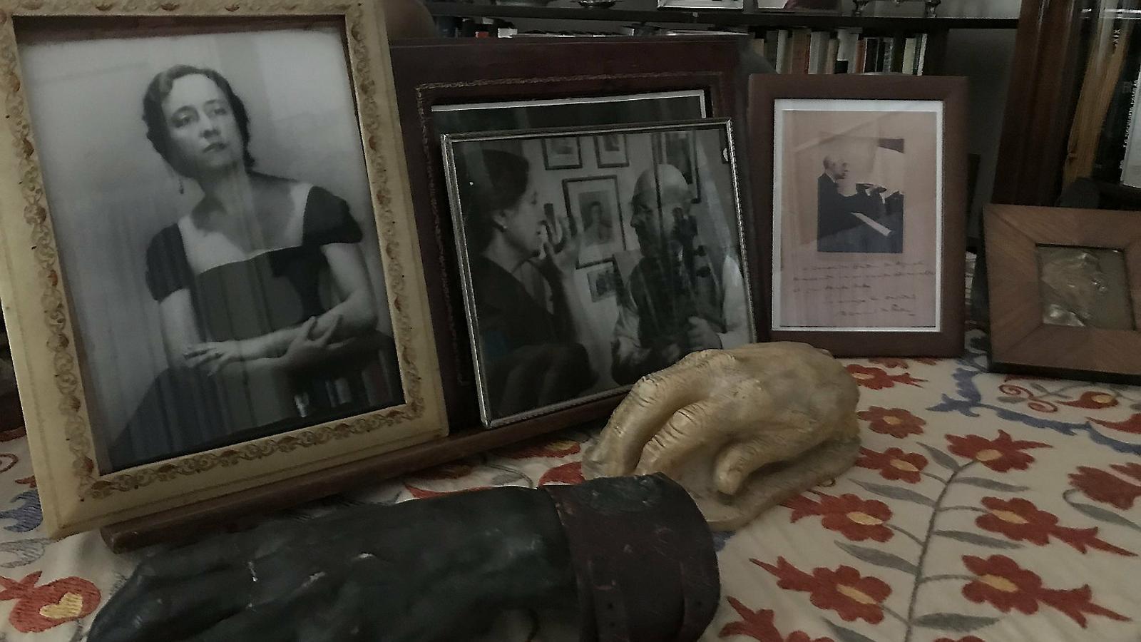 A sobre de l'instrument hi ha fotos de Contxita Badia amb Casals, una de Falla, una altra de la mateixa intèrpret i les mans dels seus mestres Frank Marshall i Enric Granados.