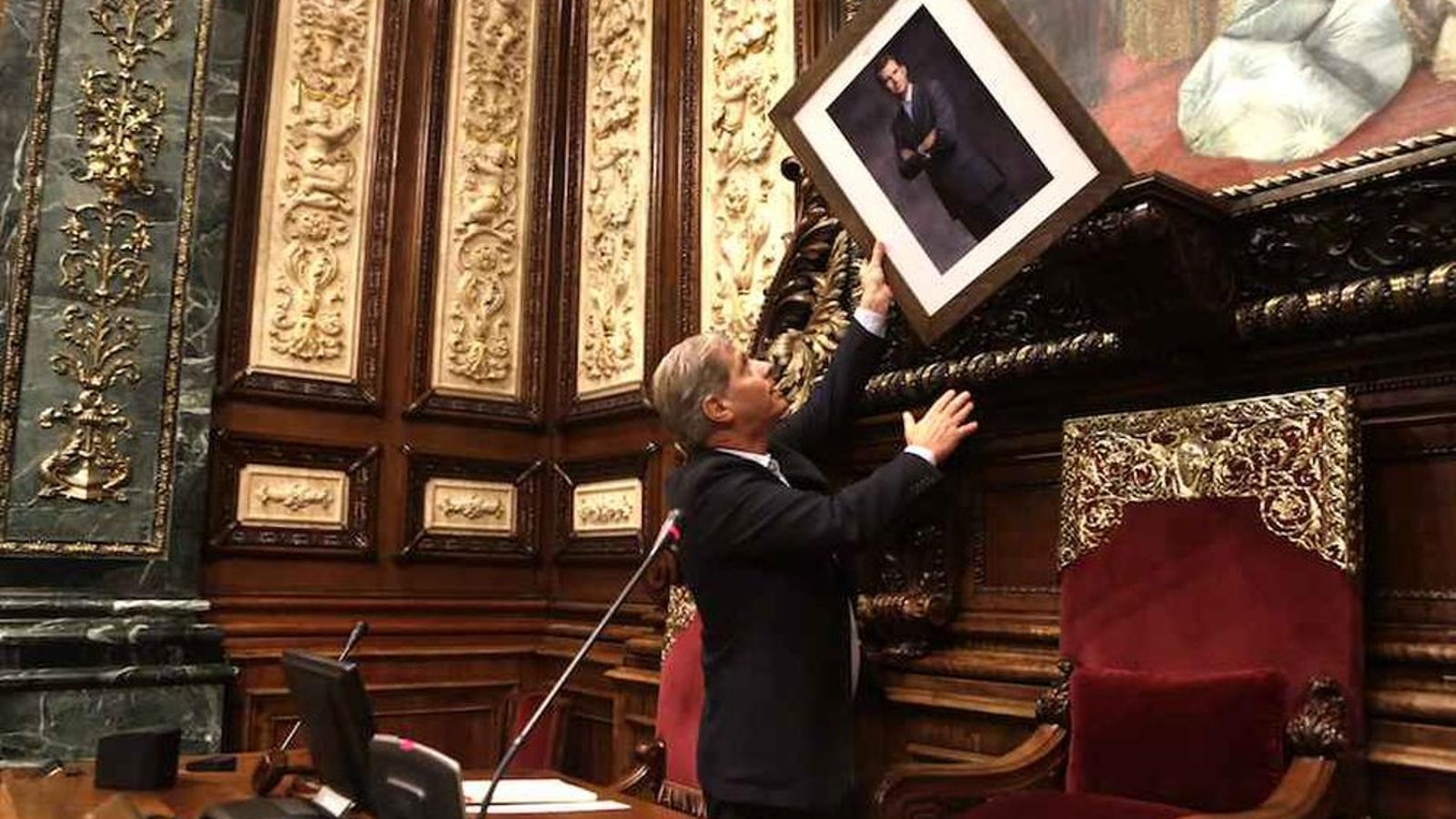 El PP col·loca una foto de Felip VI on hi havia el bust de Joan Carles I