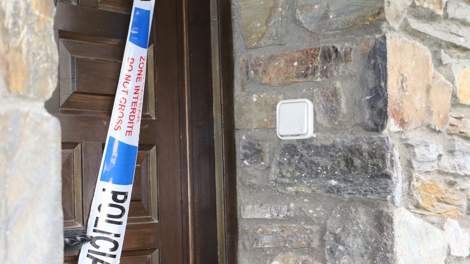 La porta precintada de l'habitatge de Vila, a Encamp, on s'haurien produït els fets. / E.C. (ANA)