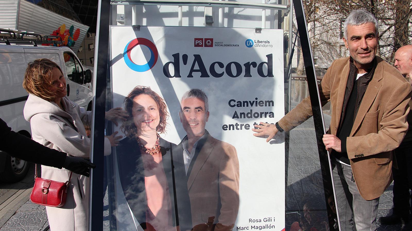 Els candidats de d'Acord, Rosa Gili i Marc Magallón, durant la penjada de cartell el passat diumenge. / M. M.