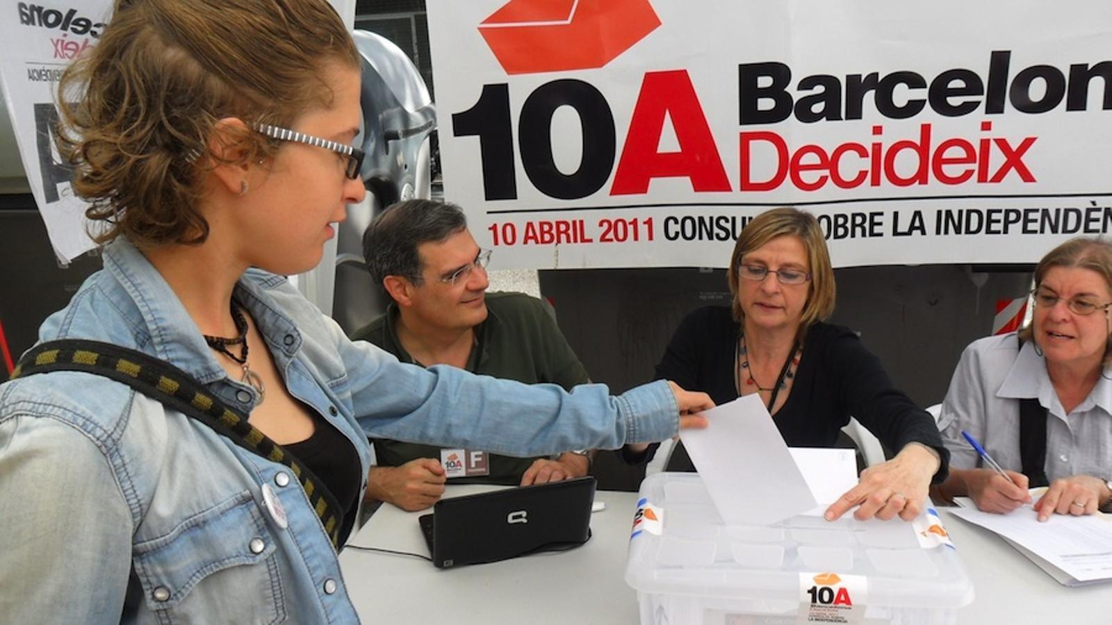 Una jove vota a Barcelona
